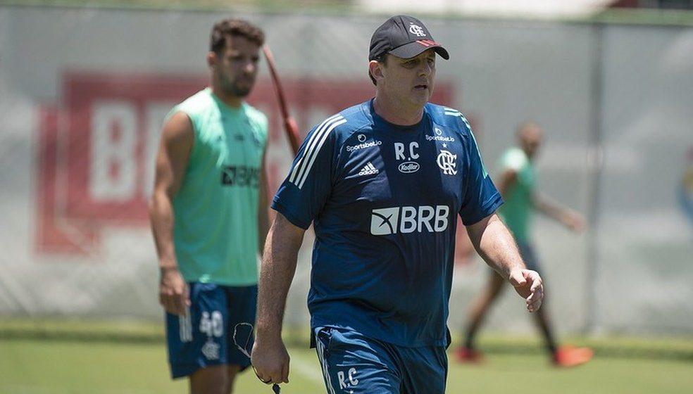 """Flamengo prega """"respeitar má fase"""", estanca pressão no Ninho e trata Coritiba como decisão"""