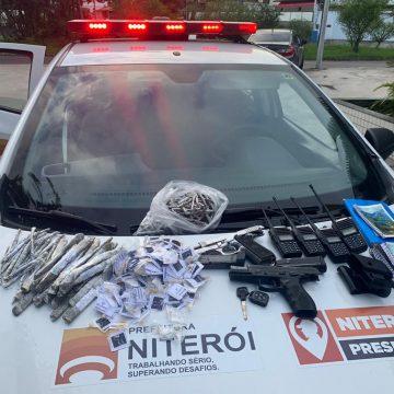 Homem é preso com armas, drogas e munições por agentes do Segurança Presente em Niterói