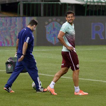 """Fred mostra """"bola"""" em tornozelo inchado e passa a ser dúvida no Fluminense para jogo contra Inter"""