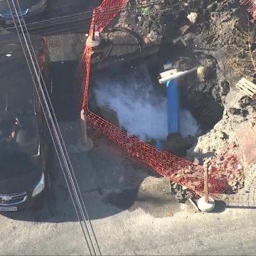 Rompimento de tubulação causa vazamento de água em Senador Camará, na Zona Oeste do Rio