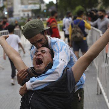 Fãs se despedem de Maradona na Argentina; confusão ocorre na formação da fila