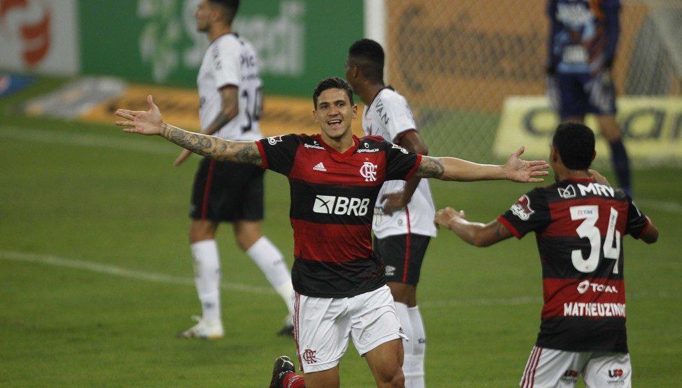 Pedro supera Léo Moura e é segundo com mais gols em lista de atletas que marcaram por Fla e Flu no século