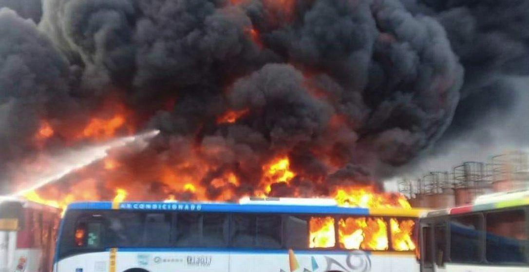 Incêndio atinge garagem de ônibus em Magalhães Bastos