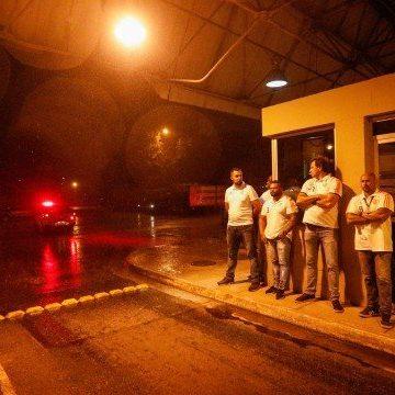 Torcedores do Flamengo vão a aeroporto protestar, mas time sai pelo terminal de cargas
