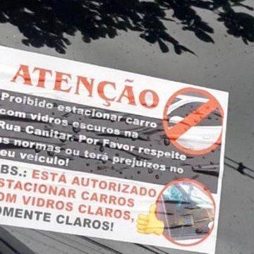 Polícia vai investigar se tráfico do Alemão colocou adesivo em carros proibindo vidros escuros