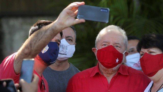 Lula faz selfie com eleitores em São Bernardo do Campo e brinca sobre álcool em gel: 'Passei tanto que perdi o dedo'