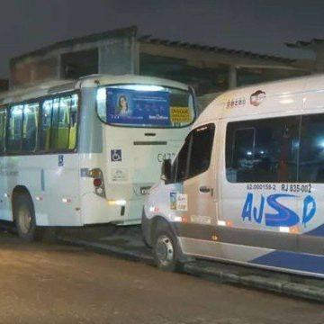 Homem rouba ônibus no terminal Alvorada e bate em mais de 20 carros até parar na Cidade de Deus