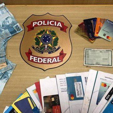 PF deflagra operação na Penha contra a falsificação de dinheiro e de diplomas; notas eram vendidas na internet