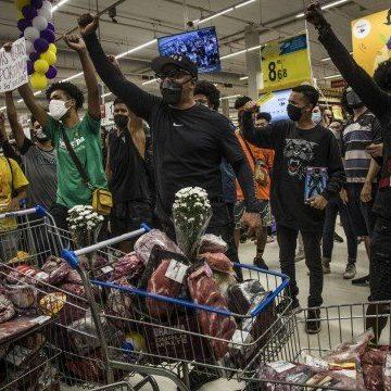 Manifestantes no Rio cobram justiça pela morte de homem negro em supermercado