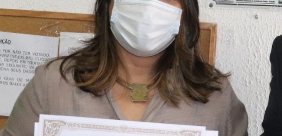 Fernanda Ontiveros recebe diploma de  prefeita de Japeri