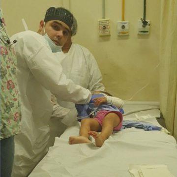 Médico usa o próprio carro para salvar bebê que sofreu corte profundo no pescoço com caco de vidro