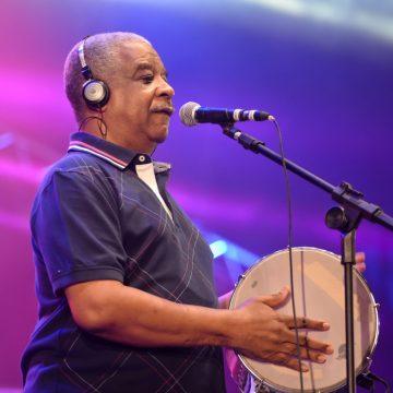Cantor Ubirany do grupo Fundo de Quintal morre de Covid-19 no Rio