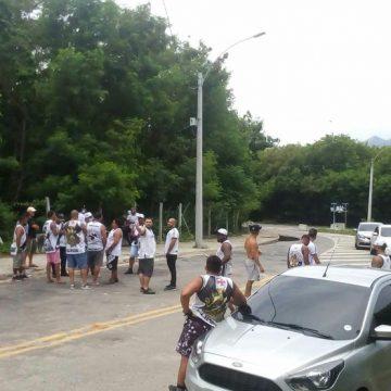 Membros de organizadas vão ao CT protestar contra o time do Vasco na véspera do jogo com o Defensa