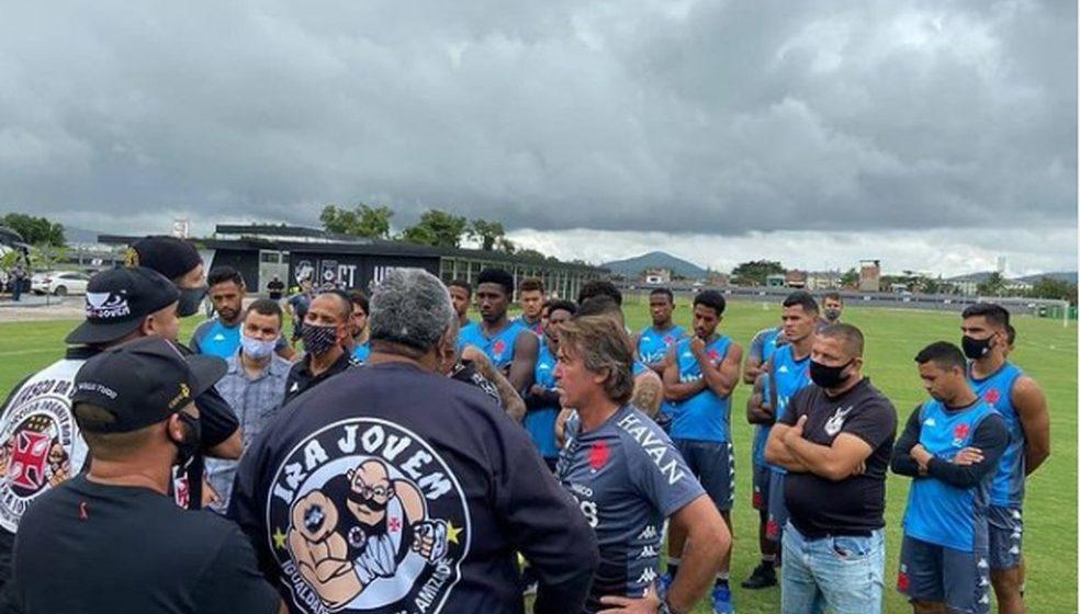 Facilidade de organizada para invadir CT surpreende e incomoda elenco do Vasco; funcionários são afastados