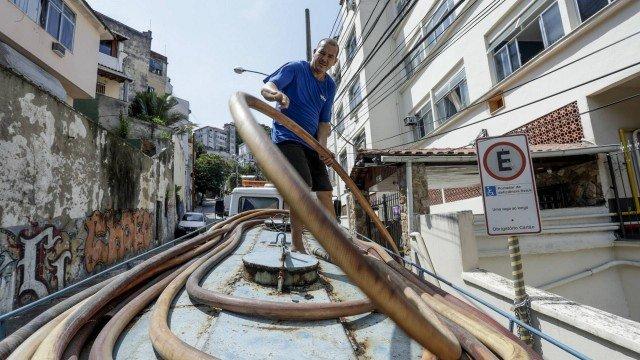 Falta d'água: presidente da Cedae diz que consumidores podem pedir ressarcimento de conta e carro-pipa