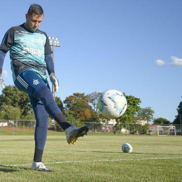 Diego Alves segue em trabalho separado do elenco e está fora de Flamengo x Palmeiras