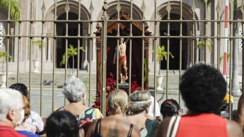Paes participa de missa de São Sebastião e não descarta lockdown no Rio