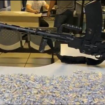 Arma de guerra foi encontrada com dois suspeitos no bairro Santa Teresa na Baixada Fluminense