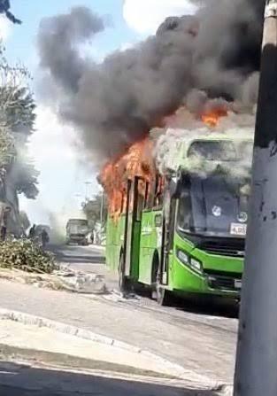 """Fato:""""Ônibus é incendiado em Duque de Caxias na Baixada Flumiense"""""""