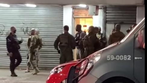 Homem é preso após ameçar pessoas com faca em loja de Madureira, Zona Norte do Rio