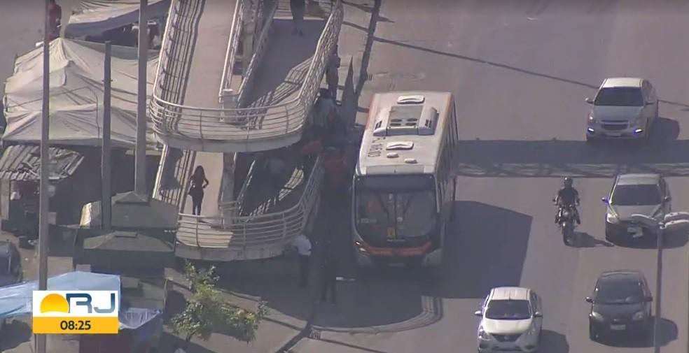 Criminosos assaltam ônibus na Avenida Brasil e fazem passageiros reféns