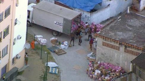 Bandidos roubam caminhão com alimentos e levam para a favela Furquim Mendes, onde carga foi saqueada