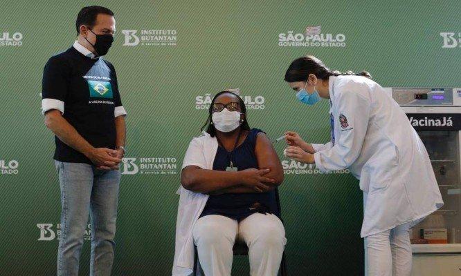 Enfermeira negra é a primeira pessoa vacinada no Brasil