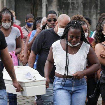 Mãe de menina morta por bala perdida no Turano passa mal e não vê o enterro da filha