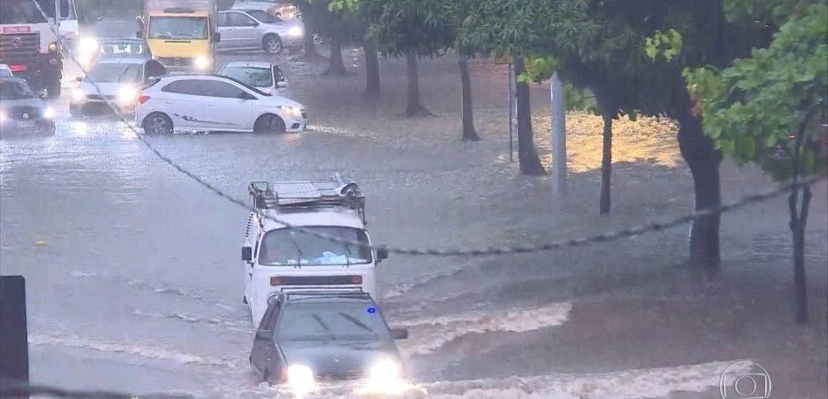 Chegada de frente fria causa fortes chuvas na Região Metropolitana do Rio