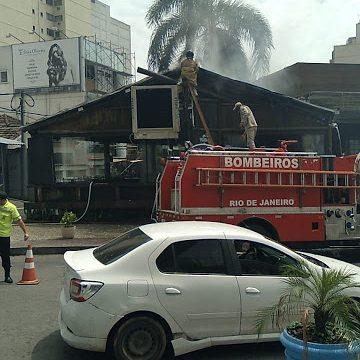 Teto do restaurante Xerife pega fogo em Nova Iguaçu