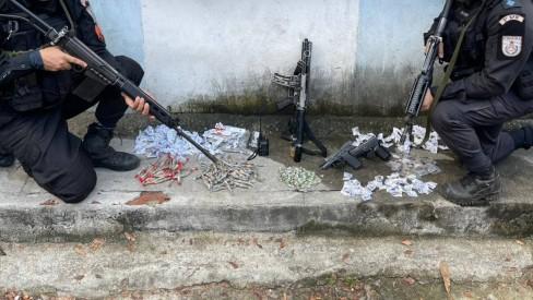 Operação da PM em oito comunidades da Zona Norte do Rio tem dois baleados, um preso e apreensão de armas