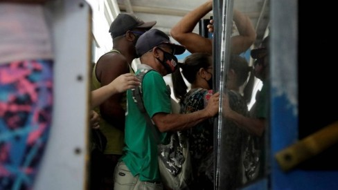 Após paralisação, BRT opera nesta terça-feira com ônibus superlotados e sistema irregular