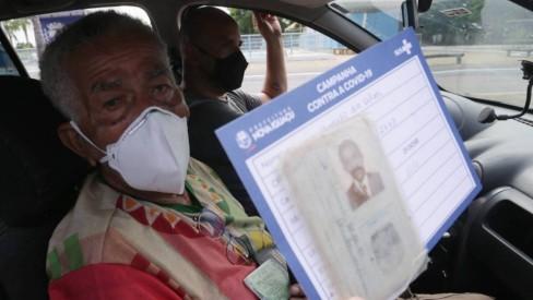 Após sobreviver à Covid, ogan de 101 anos, o mais antigo do Brasil, é vacinado em Nova Iguaçu