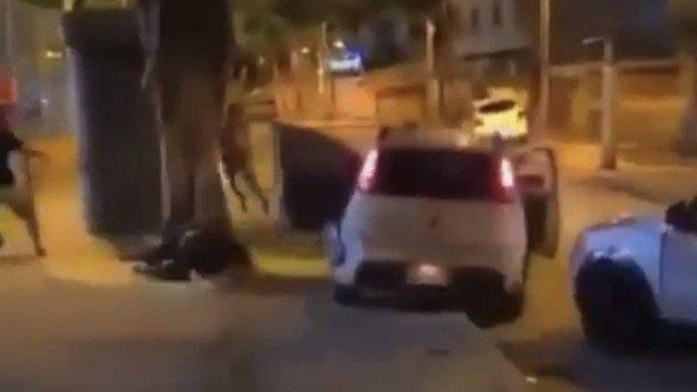 Carro em alta velocidade sobe calçada e atropela duas pessoas em Madureira; vídeo