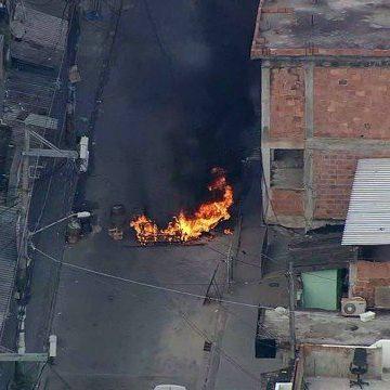 Moradores da Cidade de Deus relatam tiroteio durante operação da PM; ruas têm bloqueios