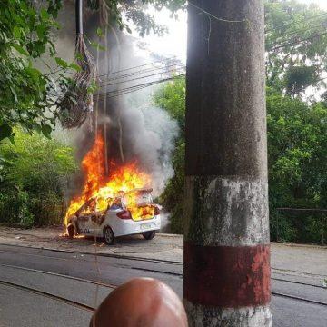 RJ:Viatura da PM é atacada e pega fogo em Santa Teresa