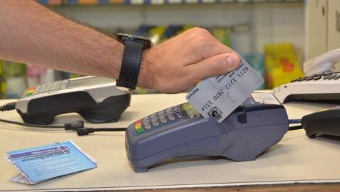 RJ:Auxílio emergencial do estado vai ser distribuído em cartões de débito