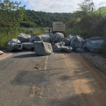 Prefeitura de   Macaé colocou pedras em estrada; motoristas usavam como rota para desvio do bloqueio sanitário