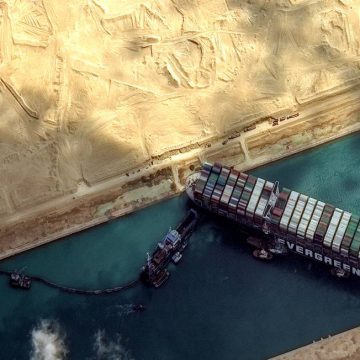 Canal de Suez: equipes de resgate conseguem desencalhar navio gigante, que volta a flutuar após seis dias