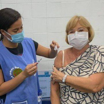 Mãe de Eduardo Paes é vacinada contra Covid-19, e prefeito do Rio diz: 'Comemoração pessoal