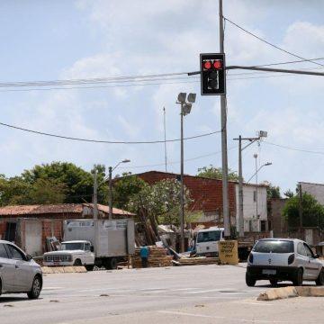 Nova lei de trânsito permite motoristas atravessarem o sinal vermelho; veja quando é possível
