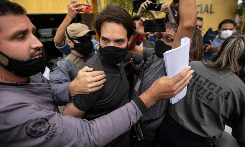 Caso Henry: sob xingamentos e gritos de 'assassino', Jairinho é hostilizado ao deixar delegacia; autor de tapa será processado