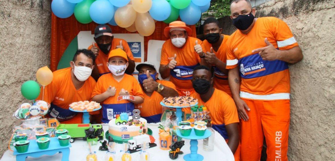 Menino de 8 anos realiza sonho de festa de aniversário com garis de Nova Iguaçu