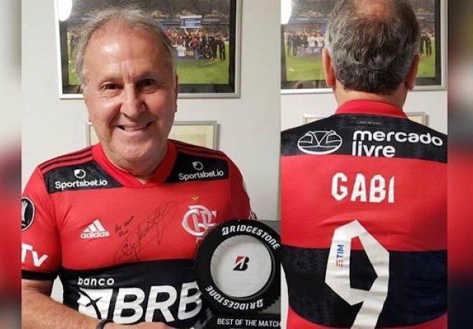 Zico recebe troféu e camisa de Gabigol após ter marca superada na Libertadores