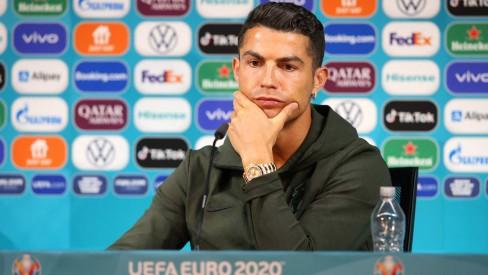 Gesto de Cristiano Ronaldo causa prejuízo de 4 bihões de dólares à Coca-Cola no mercado de ações