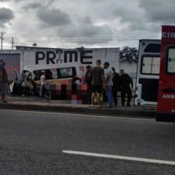Acidente entre van e carro deixa um morto e onze feridos em Santíssimo