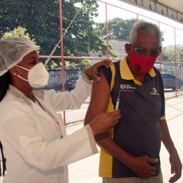 Nova Iguaçu vacina neste sábado (5/6) profissionais da rede privada de educação, pessoas de 58 anos e faz repescagem nos demais grupos. Imunização com Pfizer está temporariamente suspensa