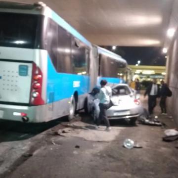 Carro cai de viaduto e atinge ônibus do BRT na Barra da Tijuca