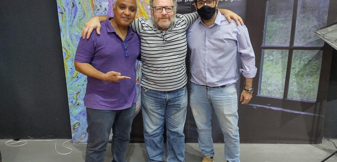 Ator Charles Paraventti visita produtora de conteúdo digital
