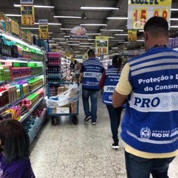 Cerca de 230 kg de alimentos impróprios para consumo são encontrados em supermercados no RJ